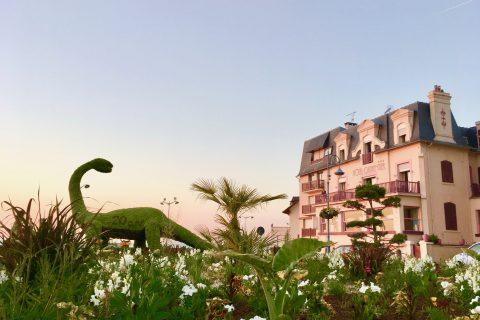 Façade Hôtel Outre-Mer (Villa Le couchant) et dinosaure de Villers sur Mer au soleil couchant