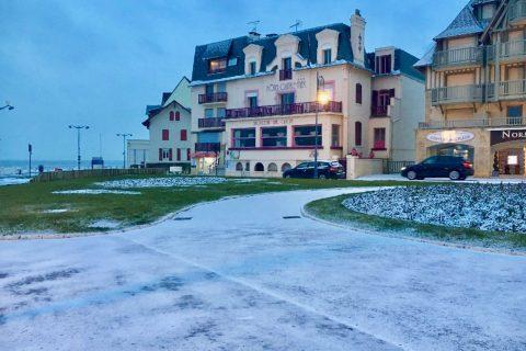 Petit déjeuner normand à l'Hôtel Outre-Mer (Villa Le Couchant): neige à Villers sur Mer