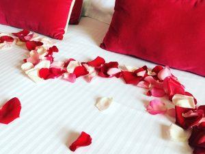 Décoration avec pétales de roses : séjour romantique Hôtel Outre-Mer (Villa Le Couchant)