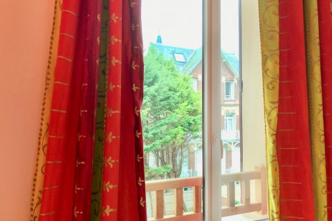 Hôtel Outre-Mer (Villa Le Couchant) - Vue cours chambre cosy Coin de verger en Normandie