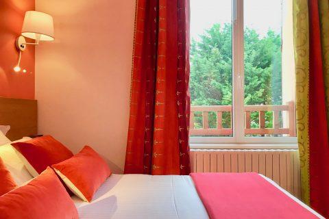 Hôtel Outre-Mer (Villa Le Couchant) - Lit et vue chambre cosy Coin de verger en Normandie