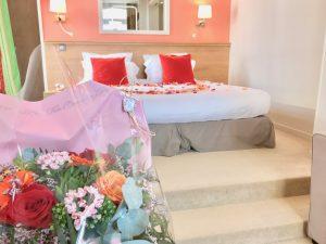 Bouquet de fleurs et pétales de roses : séjour romantique Hôtel Outre-Mer (Villa Le Couchant)