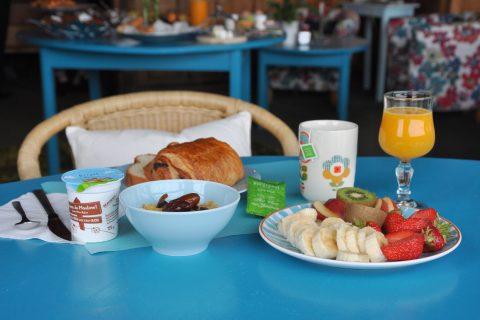 Petit déjeuner buffet composé de produits locaux issus du terroir normand