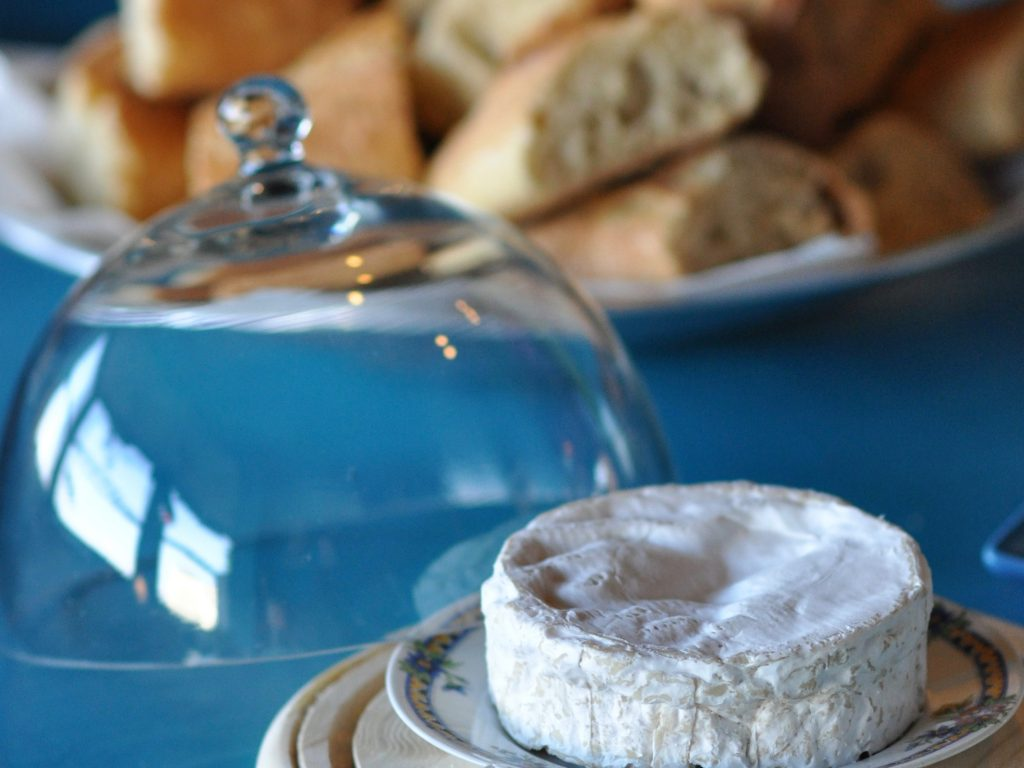 Petit déjeuner local: camembert et pain frais d'une boulangerie villersoise