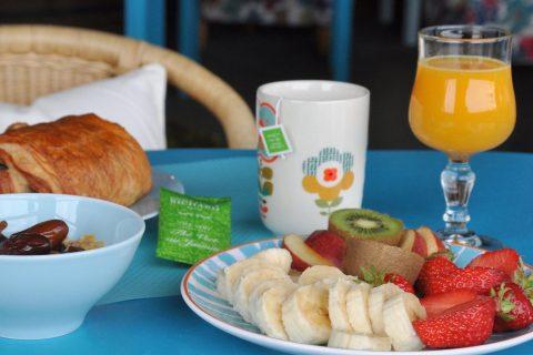 Petit déjeuner local: Assiette de fruits frais et jus de fruits fermier