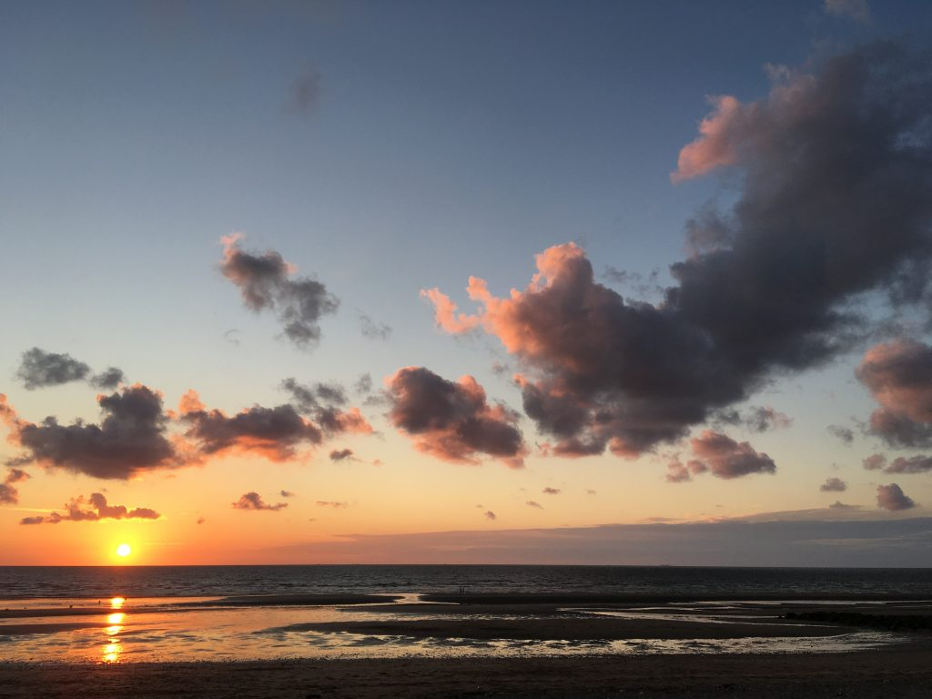 Soleil couchant et nuages roses sur la Côte Fleurie