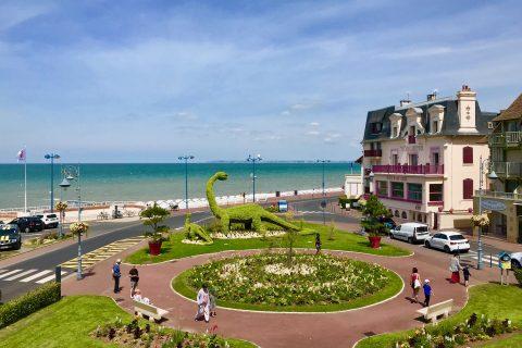 La place Jean Mermoz en été : vue sur l'Hôtel Outre-Mer, le dinosaure et la mer
