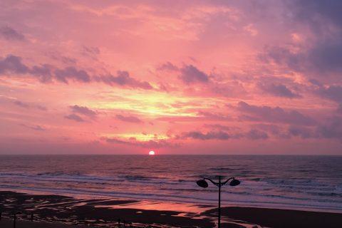 Soleil couchant dans la mer à la plage de Villers sur Mer