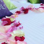 Séjour romantique : Séjour romantique à l'Hôtel Outre-Mer (Villa Le Couchant) : cœur de pétales de roses