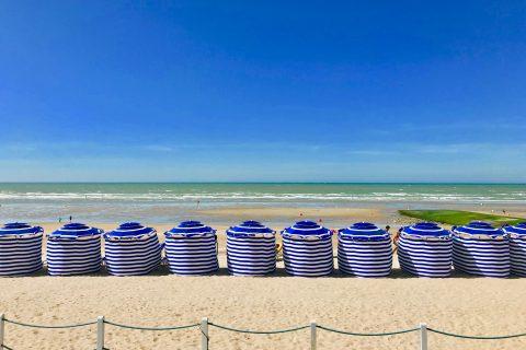 Cabourg : Parasols de plage sur la Côte Fleurie normande