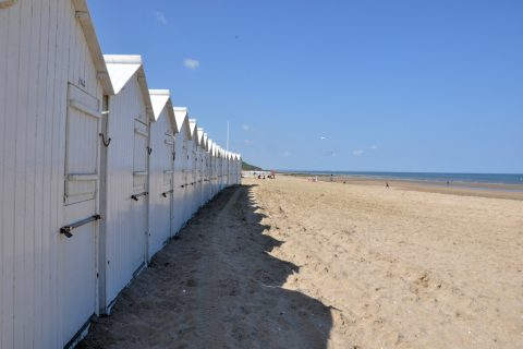 La plage de Villers sur Mer et ses cabanes blanches