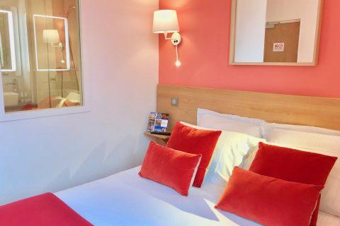 Hôtel Outre-Mer (Villa Le Couchant) - Lit et salle d'eau chambre cosy Coin de verger en Normandie