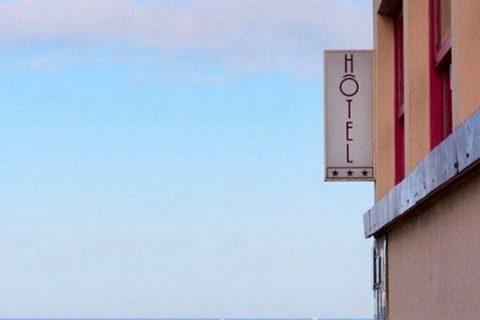 Hôtel Outre-Mer (Villa Le Couchant) enseigne de l'hôtel face à la mer