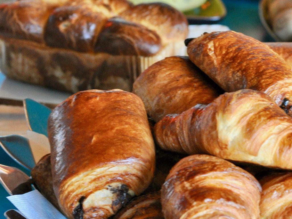 Petit déjeuner local: Pains au chocolats, croissants et brioche au beurre d'Isigny