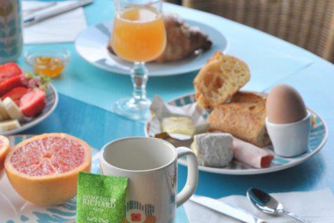 Petit déjeuner local: pain frais, fromages normands et oeufs fermiers