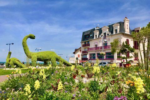 Villers-sur-Mer : l'Hotel Outre-Mer et le dinosaure