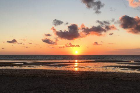 Soleil couchant dans la mer sur la plage de Villers sur Mer.