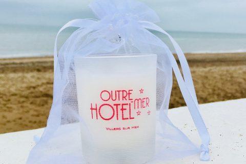 Bougie naturelle parfumée avec le logo de l'Hôtel Outre-Mer