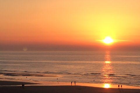 Soleil couchant dans la mer face à l'Hôtel Outre-Mer (Villa Le Couchant)