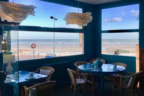 Salon de l'Hôtel Outre-Mer (Villa Le Couchant) avec vue sur la plage et la mer.