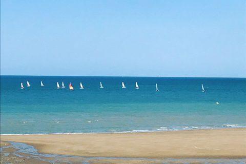 Voiliers en mer face à l'Hôtel Outre-Mer (Villa Le Couchant)